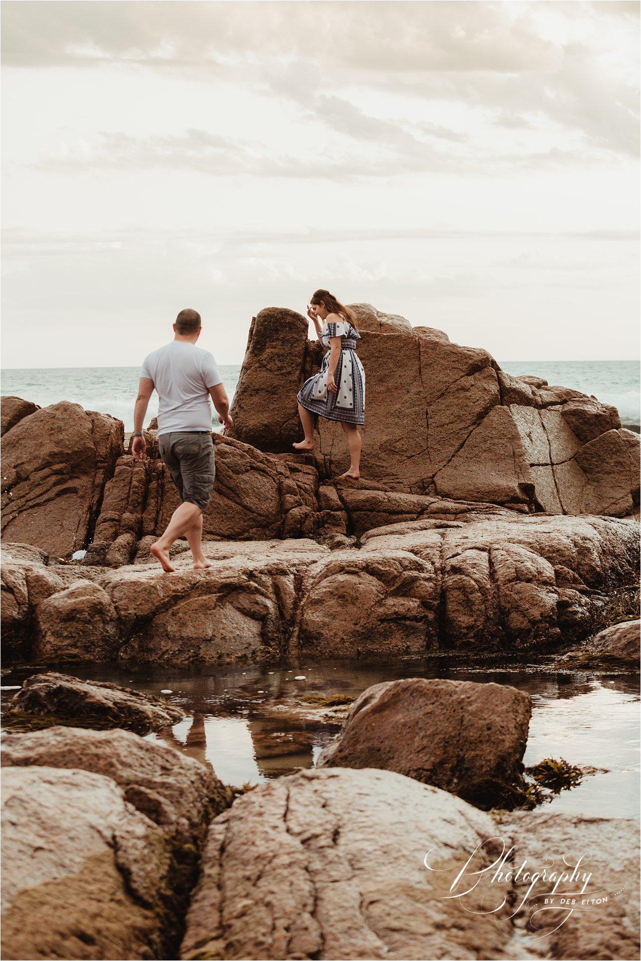 woman+man+cuddles+beach