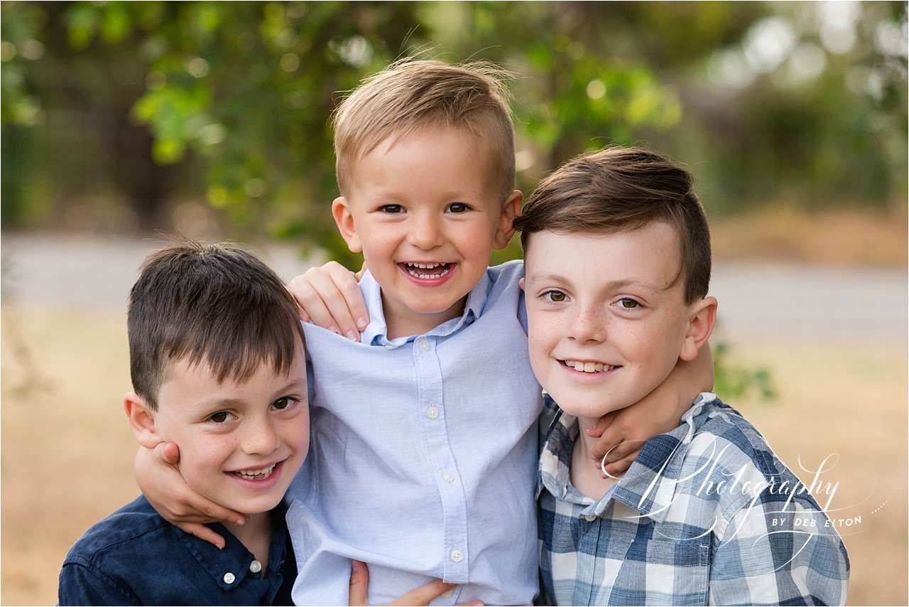 brothers+under+a+tree+having+fun+adelaidefamilyphotography